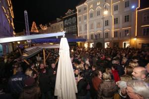 Zoranovo zmago je na Mestnem trgu pričakalo veliko število ljudi, takoj po njegovem nagovoru pa so se vsi lahko zavrteli ob glasbi južnega melosa