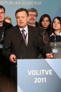 Zoran Janković s svojo skupino med dajanjem izjav novinarjem.